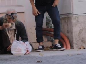 Video: 'Xin ăn người lạ' khiến người xem bật khóc