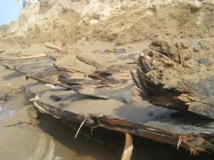 Thanh Hóa: Phát hiện xác tàu thời chiến lộ ra dưới lớp cát