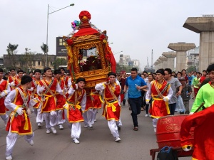 Hà Nội: Đoàn rước kiệu di chuyển như bay khiến cả tuyến đường náo loạn
