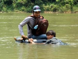 Nín thở vượt sông bằng săm lốp ô tô, bao giờ mới có cầu cho dân?