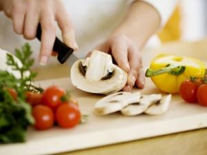 Thức ăn tái chín tiềm ẩn hơn 200 bệnh khác nhau