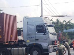Lọt gầm xe container nhưng may mắn 2 người phụ nữ vẫn sống sót