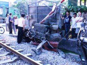 Tin tức tai nạn giao thông mới nhất ngày 20/4: Ô tô mất lái đâm thẳng vào tàu hỏa