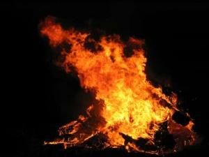 Bị cấm yêu, con gái phóng hỏa đốt phòng mẹ
