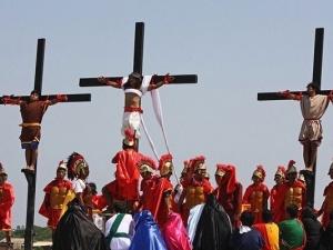 Kinh hãi lễ hội đóng đinh đẫm máu tưởng nhớ Chúa Jesu