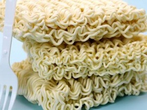Mì ăn liền dễ 'phát độc' từ thói quen úp mì