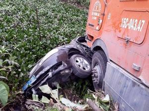 Tin tức tai nạn giao thông mới nhất ngày 21/4: Container húc bay xe biển xanh xuống ao