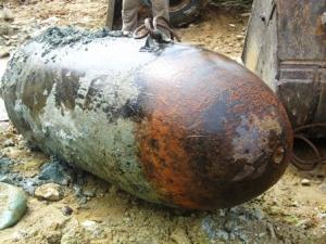 Điện Biên: Phát hiện bom 'khủng' nghi là B52 trong vườn nhà dân