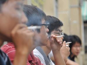 Nghịch lý: Càng nghèo càng thích hút thuốc lá