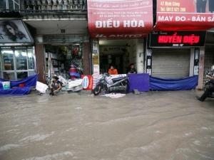 Mưa lớn kéo dài, nhiều tuyến đường đô thị thành sông
