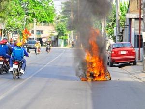 Xôn xao hàng loạt ô tô, xe máy bốc cháy ngay đầu năm mới