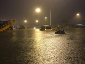 Trong cơn mưa 'đại hồng thủy': Sân bay Tân Sơn Nhất vẫn hoạt động bình thường