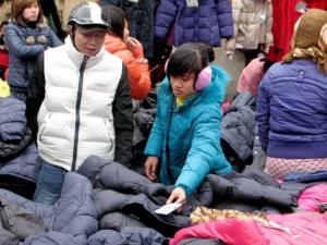 Không khí lạnh tăng cường, dân buôn 'hái ra tiền' nhờ bán 600 áo phao/ngày