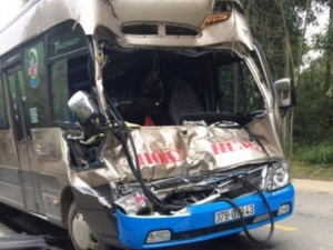 Tai nạn giao thông nghiêm trọng ngày 5/12: Ô tô đám cưới đâm xe tải, 11 người nhập viện