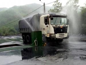 'Bãi tắm' cho xe than ở Uông Bí: Cách làm hay nhưng vướng chuyện thu tiền