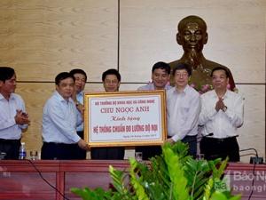 Bộ trưởng Bộ KH&CN tặng tỉnh Nghệ An Hệ thống chuẩn đo lường độ rọi