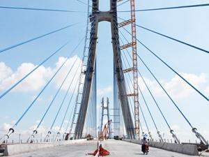 Chưa khánh thành, cầu gần 6.000 tỷ bắc qua sông Hậu đã nứt dầm