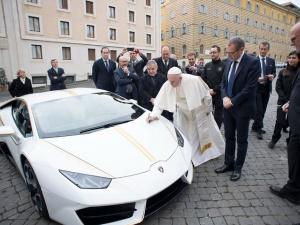 Giáo hoàng Francis bán đấu giá siêu xe Lamborghini Huracan để làm từ thiện