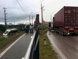 Quảng Ninh: Chạy ẩu xe Container húc văng xe khách xuống mương nước