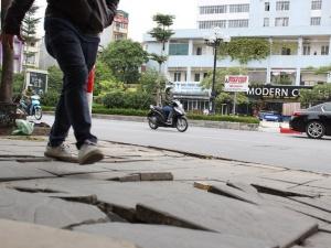 Vỉa hè Hà Nội lát đá bền vững 70 năm nhưng mới vài tháng đã bong tróc, vỡ nát khắp nơi
