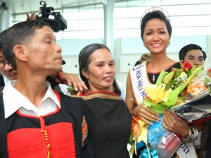 H'Hen Niê giản dị, bật khóc tại sân bay khi gặp lại người thân
