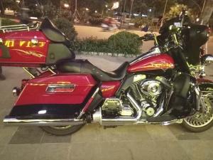 Mô tô Harley 'hầm hố' giá 1,8 tỷ đồng nổi bật khi lăn bánh trên đường phố Hà Nội