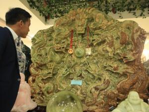 Đại gia Thái Nguyên bỏ tiền tỷ mua bức tranh ngọc tạc 9 con rồng nặng 5 tấn