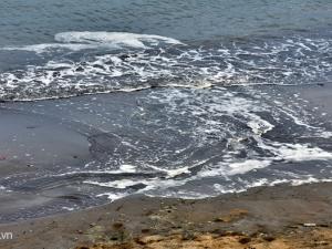 Bãi tắm Quy Nhơn bị 'nhuộm đen' bởi bùn và rác thải