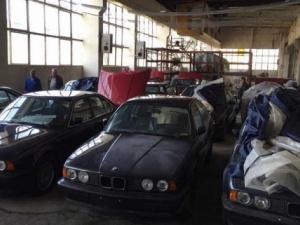 Hàng loạt xe BMW bị 'bỏ rơi' suốt 25 năm trong nhà kho khiến nhiều người xót xa