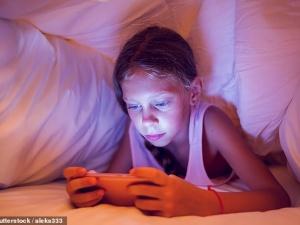 Trẻ dành nhiều thời gian chơi điện thoại hơn nói chuyện với bố mẹ: Hệ lụy khôn lường