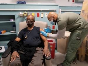 Mỹ điều tra nguyên nhân ca tử vong và nhiều người bị sốc phản vệ sau tiêm vaccine Covid-19