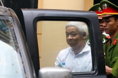 Bầu Kiên cười chào người thân sau khi nhận án 30 năm tù giam