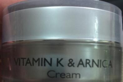 Thu hồi kem bôi mặt Simetria Vitamin K & Arnica Cream gây dị ứng