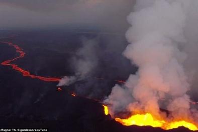 Máy bay không người lái bay vào miệng núi lửa
