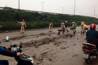 Cảnh sát giao thông nhanh chóng đảm bảo an toàn đường dân đi