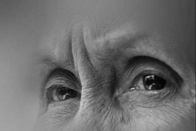 Con gái đánh chửi mẹ già 90 tuổi mù lòa: Lẽ nào nước mắt chỉ chảy xuôi?