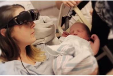 'Kính thần' giúp người mẹ mù nhìn ngắm được con