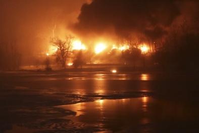 Tàu chở dầu cháy như bom nguyên tử, Mỹ sơ tán khẩn 2 thị trấn