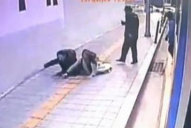 Hàn Quốc: Hố tử thần sâu 3 mét 'nuốt chửng' người đi bộ giữa thủ đô