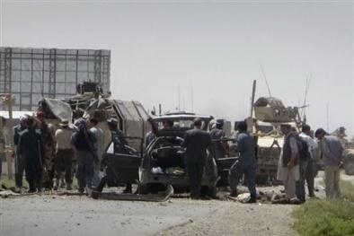 Xe đánh bom liều chết tấn công đoàn hộ tống NATO