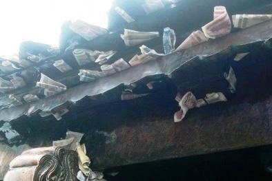 Tiền lẻ cắm trên mái chùa, găm đầy tay tượng Phật
