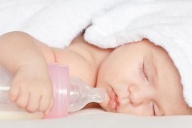 Nằm ngủ bú bình, một bé gái tử vong