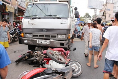 Bị xe tải cuốn chết vì đứng xem tai nạn giao thông