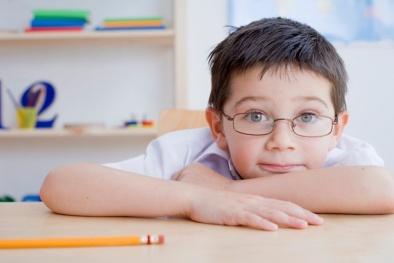 Nhận biết dấu hiệu tiền cận thị ở trẻ