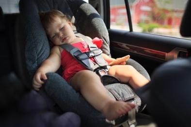 Ngủ trong ghế ngồi xe hơi, túi địu... có thể gây tử vong cho trẻ