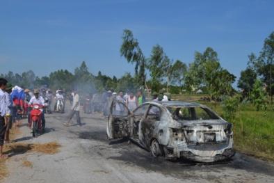 Nghệ An: Hỗn loạn giao thông vì ô tô bỗng dưng bốc cháy giữa đường