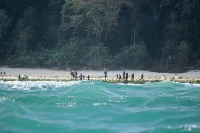 Bộ tộc sống biệt lập trên đảo hoang, đánh đuổi bất cứ ai đến gần
