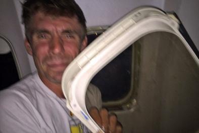 Tai nạn hy hữu: Cửa sổ máy bay rơi vào lòng khách khi đang hạ cánh