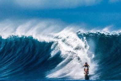 Kinh ngạc xem màn trình diễn lướt sóng bằng xe máy ở Úc