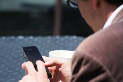 Trung Quốc: Bố nghiện smartphone, con ngã từ tầng 3 xuống đất